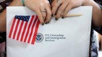 Ciudadanía para trabajadores esenciales: presionan a Biden para legalizar a este grupo de inmigrantes