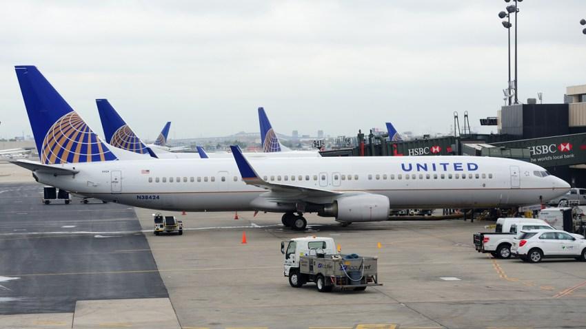 Azafata-abre-puerta-de-emergencia-despliega-rampa-infable-y-sale-de-avion-houston-united-airlines