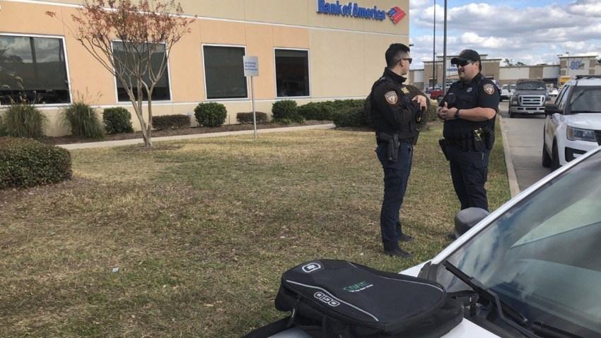 Oficiales del Condado Harris junto a la mochila en la que presuntamente el ladrón cargaba una bomba.