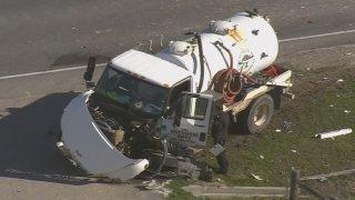 Así quedó el camión cisterna tras el brutal choque que dejó una persona muerta en el Condado Waller.