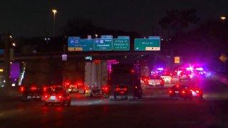 El golpe a un puente sobre la I-10 provocó el cierre de sus carriles hacia el Downtown.