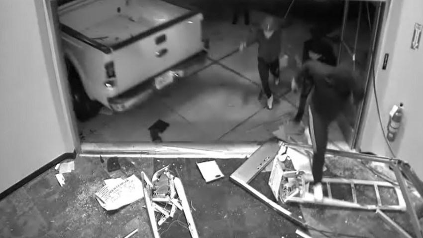 Momento en que los asaltantes ingresan a la tienda tras romper la entrada con una camioneta.
