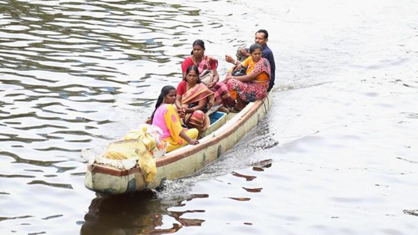 familia-evacuada-inundaciones-india