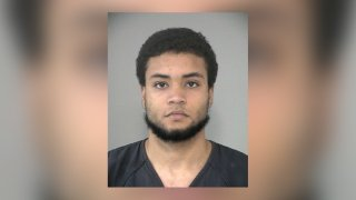 Mario González está acusado de disparar contra una casa en Richmond.