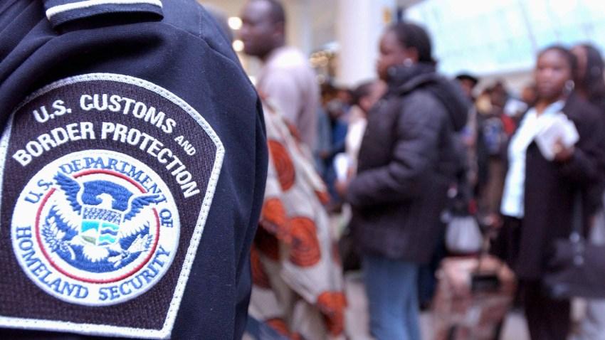 Agente migratorio en un aeropuerto