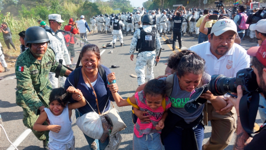 Guardia Nacional detiene a migrantes en frontera mexicana.