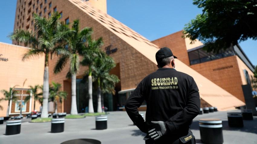 Un policía vigila una de las plazas comerciales en México