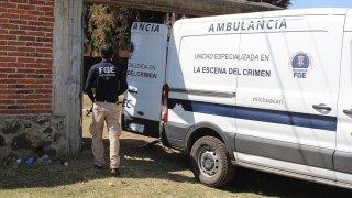 Vehículo de peritos forenses en Michoacán.