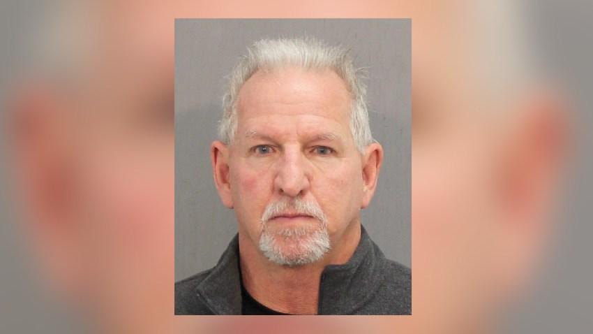 Mark Allan Davis, de 62 años, enfrenta dos cargos ante una corte criminal del Condado Harris.