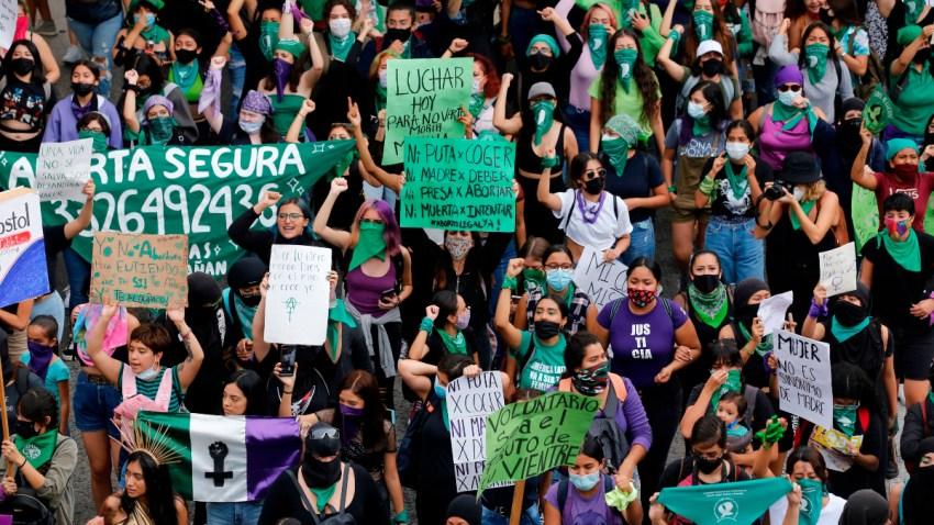 Mujeres vestidas en su mayoría de verde exigen la despenalización del aborto