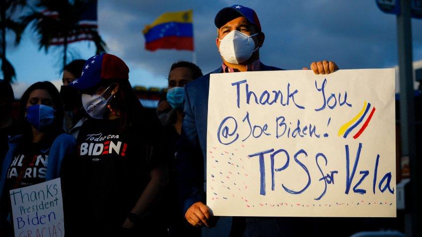 Grupo de venezolanos celebra la medida del TPS anunciada por el gobierno de Joe Biden, en Miami, Florida.
