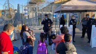 Dos madres hondureñas con cinco menores esperando a entrar a EEUU en la garita de San Ysidro