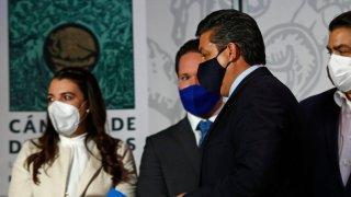 El gobernador de Tamaulipas y otras tres personas, una de ellas mujer, en el Congreso federal. Todos usas cubrebocas.