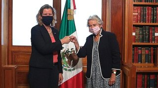 Alta comisionada de la ONU para refugiados saluda con un puño a la secretaria de Gobernación de México