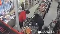 Autoridades buscan a este hombre que no se rindió en su intento de robar una tienda Family Dollar. Lo logró en su tercer intento. Crime Stoppers ofrece...