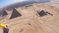 Un grupo de paracaidistas sobrevoló las famosas estructuras y captaron la experiencia en video.