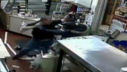 En cámara: empleado se defiende de ladrón