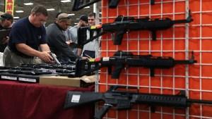 Plan de Trump elude límite de edad para comprar armas