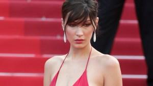Modelo Bella Hadid desfila en alfombra roja sin ropa interior