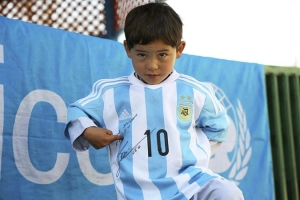 Niño fanático de Messi huye de Afganistán tras amenazas
