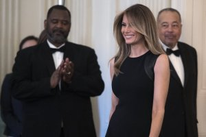 Melania Trump gana demanda contra tabloide