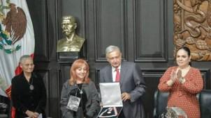 Activista da medalla en custodia a AMLO y le deja tarea