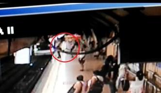 Aterrador: de un patadón lo tumban cuando venía el tren