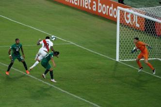 Cabezazo de Farfán pone a Perú arriba 2-1 ante Bolivia