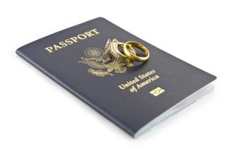 Fraude migratorio: acusan a 96 de fabricar matrimonios falsos