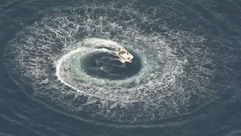 Barco gira cerca a la orilla y buscan a una persona