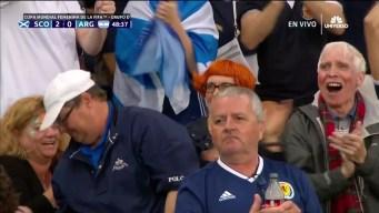 Jenny Beattie marca el segundo gol para Escocia ante la Argentina