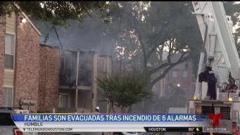 Incendio voraz consuma apartamentos en Humble