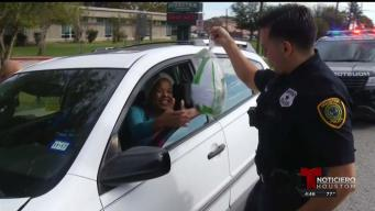 Policías de Houston sorprenden a conductores