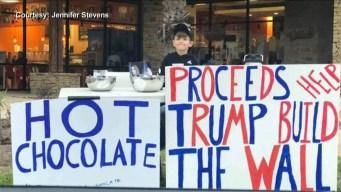 Niño vende chocolate para recaudar para el muro