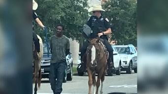 Pasean esposado a arrestado por calles de Galveston