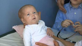 Bebé prematura hace historia tras cirugía del corazón