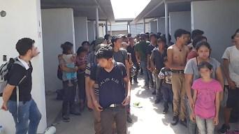 Rescatan a cientos de migrantes de tianguis abandonado