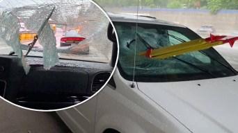 Aterrador: trípode lo atraviesa dentro de auto en marcha