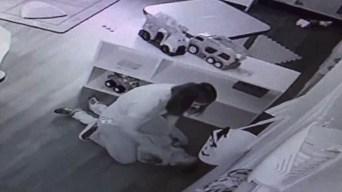 Empleada de guardería es arrestada por agredir a niño