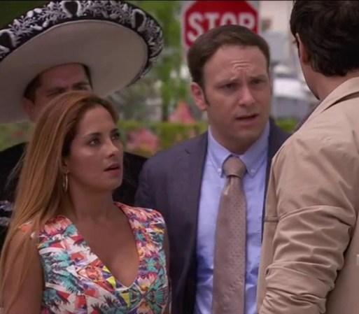 Pancho afuera de la comisaría. Carlos se da cuenta y le llama la ...