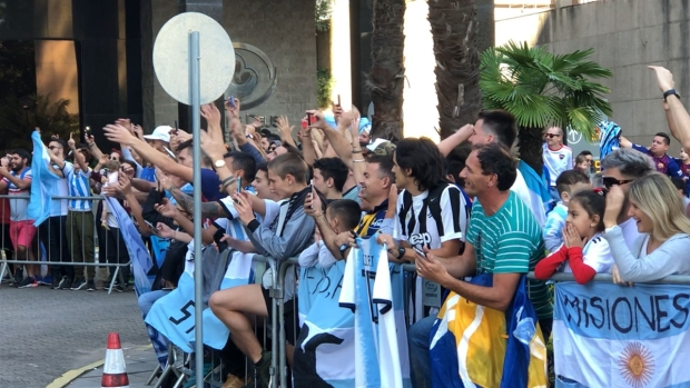 [PUBLISHED Copa America] Aficionados apoyan a la Argentina de Messi que se juega la vida