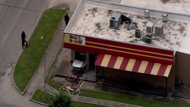[TLMD - Houston] Auto choca contra restaurante, un muerto