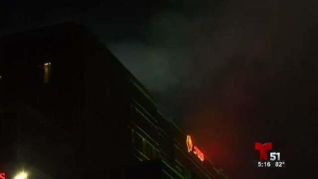 Voraz incendio consume edificio de apartamentos en Londres