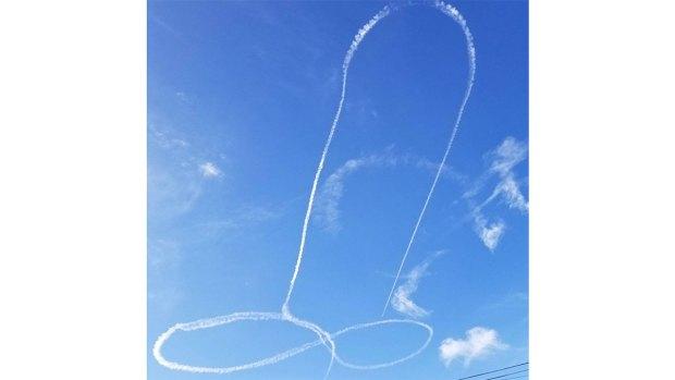 Usa avión militar para dibujar genitales en el cielo