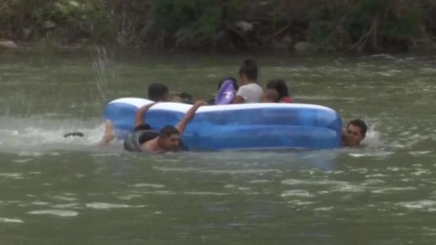 Desafían el río Bravo ante la Patrulla Fronteriza
