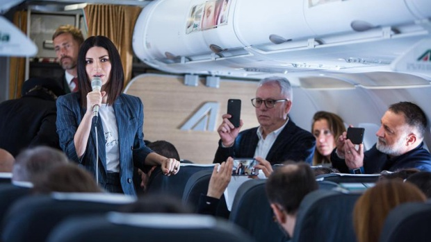 Laura Pausini presenta su nuevo disco a bordo de un avión