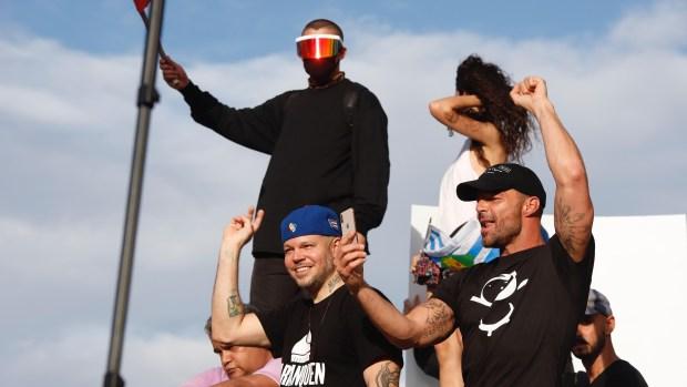 Ricky Martin y Bad Bunny con el rostro cubierto exigen renuncia del gobernador de PR