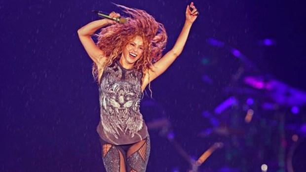 Shakira se presenta bajo una tormenta en el Estadio Azteca de la Ciudad de México