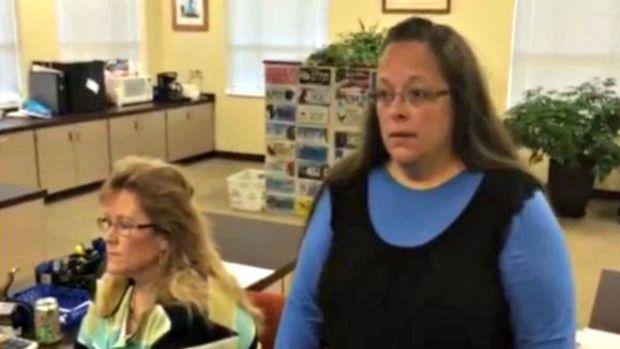 Video: Va presa por negar licencias de matrimonio gay
