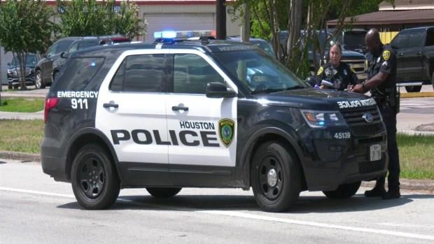 [TLMD - Houston] Conductor se estrella en contra de oficial de policía en motocicleta